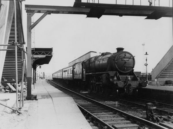 448G7 passes through Bescot Station 1962